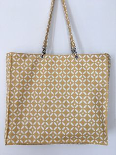 Sac réversible mosaïque jaune. Sewing Hacks, Sewing Projects, Pochette Portable, India Pattern, Drawstring Bag Tutorials, Coin Couture, Black Tattoos, Louis Vuitton Damier, Tote Bag