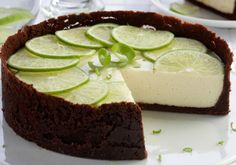 Inove na sobremesa e inclua a torta de limão com chocolate.