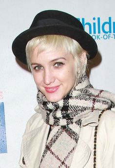 Ashlee Simpsons cool hat hairstyle hair-and-beauty Fashion Beauty, Womens Fashion, Fashion Tips, Full Bangs, Hair Romance, Ashlee Simpson, Cool Hats, Short Pixie, Pixie Hairstyles