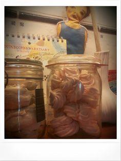 Meringues roze en met amandel