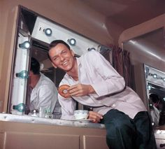 Frank Sinatra putting moves on a doughnut. 21 Awesome Vintage Photos Of Celebrities Eating Funny Vintage Photos, Vintage Humor, Funny Photos, Vintage Soul, Rare Pictures, Rare Photos, Vintage Photographs, Vintage Beauty, Beautiful Pictures