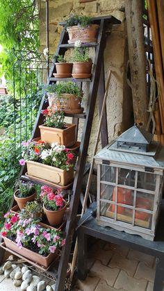 Garden Whimsy, Garden Deco, Garden Yard Ideas, Garden Pots, Small Courtyard Gardens, Backyard Vegetable Gardens, Small Gardens, Vertical Garden Design, Small Garden Design