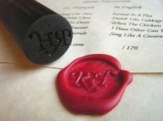 Con ayuda de una vara de madera y un calador de madera podrás tallar las iniciales de los novios y utilizarlas como sello. Sobres personalizados con sello de lacre. Imagen: Pinterest