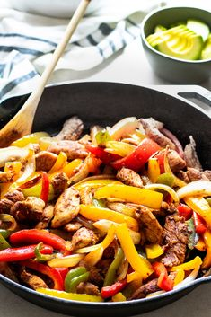 One Pan Chicken Fajitas - - This meal requires only a few ingredients - spices, onion, peppers, and chicken. It's made in one pan in under 30 minutes! Packed with flavor and incredibly easy to make! Chicken Fajita Rezept, Chicken Recipes, Quesadillas, Enchiladas, One Pan Chicken, Mexican Food Recipes, Ethnic Recipes, Mexican Dishes, Recipes Dinner