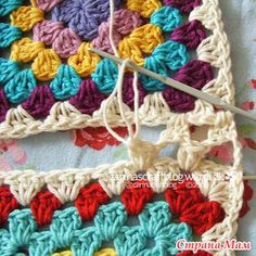 Crochet Granny Square Patterns seamless granny square join - crochet tutorial for beginners - Choose your favorite granny square joining method to join your granny square projects. 12 ways to join granny squares, 8 basic joints and 4 fancy joints. Joining Crochet Squares, Point Granny Au Crochet, Motifs Granny Square, Granny Square Crochet Pattern, Crochet Stitches, Granny Square Tutorial, Blanket Crochet, Granny Square Projects, Crocheted Blankets
