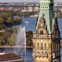 Der Rathausturm und die Alster