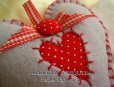 Heart decoration by Caixa Chic on flickr  Very cute. It does not look too difficult to do. No directions or pattern.
