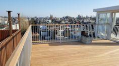 Standaard spijlhekwerk met als toevoeging de hardhouten handregel. Hekwerk in dit project gebruikt op een dakterras boven de 13meter hoogte, vandaar de keuze voor een 1,2meter hoog hekwerk.