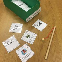 Språklådor är ett sätt för oss pedagoger att variera innehållet men ändå ha samma struktur. Konkret material för att fånga intresse och få hjälp att hålla fokus/motivation. Barnen får hjälp att förstå innehållet och förstår man blir det också mer meningsfullt. Stimulerar barnens språk och ökar begreppsbildningen. I den här språklådan fiskar vi bokstavsramsor.  Hittade inte länken där vi hämtat hem våra ramsor men Marias lekrum har något liknande…