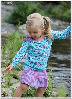 """Stoffe: Hippocampi von miamaigrün, Ringeljersey in türkis-pink, beides seit gestern bei Lillestoff Schnitt Shirt: """"Puzzle-Hoodie"""" Bijou von rosarosa (heute noch mit 15% Rabatt) Schnitt Rock: Miaria von Frl.Päng beides Größe 92"""