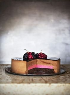 Chocolate and raspberry mousse cake? Beautiful Cakes, Amazing Cakes, Raspberry Mousse Cake, Chocolate Mousse Cake, Sweets Cake, Fancy Cakes, Dessert Recipes, Desserts, Something Sweet