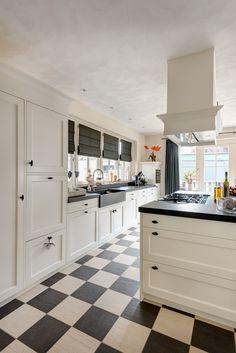 ... interieur landelijke keuken modern wit en grijs met houten laden More