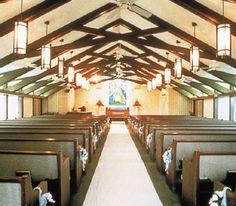 ハワイの象徴「虹」をモチーフにしたステンドグラスと「神が宿る木」と言われるコアで作られた祭壇が二人を迎えます