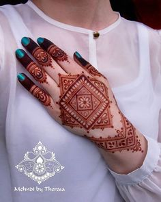 Trending New Images Of Best Mehndi Designs 2020 For Ideas, Hey Mehndi Lovers! It's time to share with you some trending mehndi designs 2020 images. Henna Hand Designs, Mehndi Designs Finger, Simple Arabic Mehndi Designs, Modern Mehndi Designs, Mehndi Design Pictures, Mehndi Designs For Fingers, Beautiful Henna Designs, Henna Tattoo Designs, Mehndi Tattoo