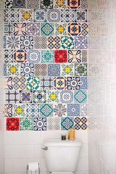 Parece um mosaico de azulejos, mas � um tecido adesivo para parede, vendido na Flok