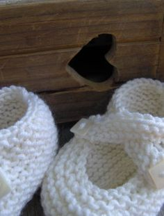 saartje's bootees - baby cashmerino white Plaisir des petites choses. Encore. Et une surprise, ici ! Mode Crochet, Knit Or Crochet, Knitting For Kids, Baby Knitting, Tricot Baby, Drops Patterns, Knitted Baby Clothes, Baby Slippers, Crochet Shoes