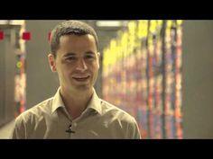 Mario Macías: Poniendo cara a la supercomputación. En este vídeo, Mario Macías nos explica qué quería ser cuando era pequeño, a qué jugaba, en qué consiste su trabajo, qué es lo mejor de ser investigador y por qué los jóvenes de hoy en día deberían sentirse atraídos por esta profesión, entre otras cuestiones.