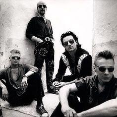Vocalista: Bono Vox : Dublin, República da Irlanda Bono Vox, The Edge, Adam Clayton, Larry Mullen Jr. Adam Clayton, Easy Guitar, Guitar Tips, Guitar Lessons, U2 Band, Music Bands, Rock N Roll, U2 Zooropa, Ayrton Senna