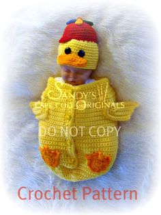 This crochet pattern is to make this fun and cute duckie cocoon and hat. Skill Level: Easy Size: Materials Needed Vannas Choice Baby weight Duckie Yellow x Red Heart Super Saver weight Orange x Easter Crochet, Crochet For Kids, Crochet Crafts, Crochet Projects, Crochet Baby Costumes, Crochet Baby Clothes, Baby Outfits, Loom Knitting, Baby Knitting