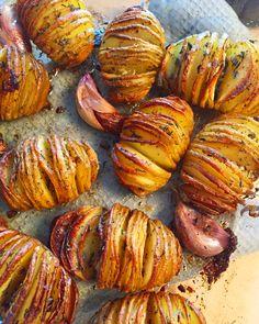 Hasselback kartofler er en af mine yndlingsmåder at servere en kartoffel på, da den er sprød og knasende udenpå og blød inden i. Det perfekte tilbehør. Danish Food, Potato Side Dishes, Balanced Meals, Dinner Sides, No Cook Meals, Food Hacks, Food Inspiration, Vegetarian Recipes, Potatoes