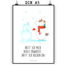 Poster DIN A5 Einhorn Schneemann aus Papier 160 Gramm weiß - Das Original von Mr. & Mrs. Panda. Jedes wunderschöne Poster aus dem Hause Mr. & Mrs. Panda ist mit Liebe handgezeichnet und entworfen. Wir liefern es sicher und schnell im Format DIN A5 zu dir nach Hause. Die Größe ist 148 x 210 mm. Über unser Motiv Einhorn Schneemann Das Motiv Einhorn Schneemann ist ein ganz besonderes einzigartiges und liebevolles Motiv aus der Einhorn Kollektion. Verwendete Materialien Es handelt sich...