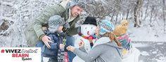 Famille à la neige avec bonhomme de neige