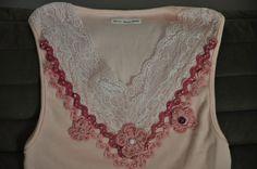 Camiseta na cor rosa, tamanho Médio, mangas cavadas,decote em V, aplicação de rendas , viés, aplicação de 3 flores de crochê e bordada com miçangas na cor rosa.  Aceitamos encomendas nos tamanhos P,M,G e GG e na cor desejada! R$55,00