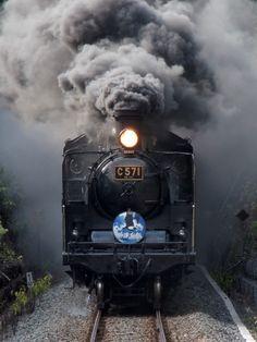蒸気機関車の投稿写真。タイトルはトンネル出口