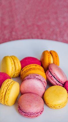 Imagens de macarons fofos disponíveis para serem usadas como papel de parede no celular. Veja mais imagens e aprenda a baixá-las do Pinterest no link!