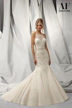Hermoso vestido de novia asirenado con bordado de pedrería y cristal