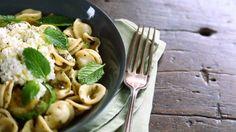 Salada de macarrão com abobrinha grelhada e molho de hortelã - Receitas - GNT