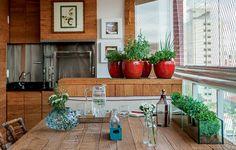 A varanda gourmet do apartamento de 32 m² é o local preferido do casal de moradores. Toda a marcenaria, que inclui os painéis, o gabinete, a...