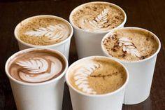 Latte Art heißt die Kunst, den Cappuccino mit der weißen Pracht, mit Mustern und Ornamenten zu verschönern. - http://www.dieweinpresse.at/latte-art-die-weise-schwester/