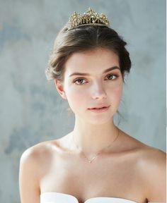 ゴールドのこぶりなティアラが花嫁の美しさを際立たせる