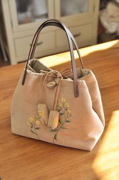 위에 녀석을 지인 선물로 만들었습니다. 예전부터 약속을 했는데 올해가 가기전에 그약속을 지키고 넘어가... Diy Bags Purses, Coin Purses, Japanese Bag, Leather Notebook, Leather Journal, Embroidery Bags, Linen Bag, Quilted Bag, Fabric Bags