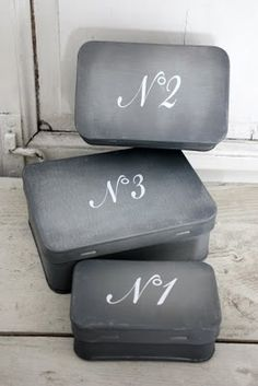 diy - chalkboard paint on tin containers! Deco Dyi, Gris Taupe, Diy And Crafts, Arts And Crafts, Do It Yourself Inspiration, Mint Tins, Chalk It Up, Chalk Art, Altered Tins