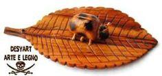 Coccinelka su foglia in legno di ulivo