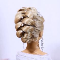 This is a hairstyle you don't see every day, however, it's beautiful!                              By: @lilia_ergasheva