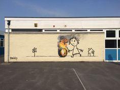 Nouvelle oeuvre de Banksy sur la Bridge Farm Primary School à Bristol (UK) #banksy #bristol #streetart
