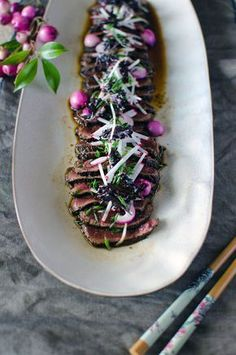 Kangaroo Tataki with Pepperberry, Lilly Pilly & Wattleseed Kale Chips Aussie Food, Australian Food, Hummer, Kangaroo Recipe, Beef Tataki, Pub Food, Food Food, Pork Bacon, Smoking Recipes