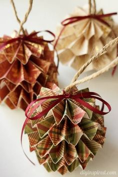 DIY Paper Christmas Ornaments with Step by Step Photo Tutorial and Instructions Quilted Christmas Ornaments, Handmade Christmas Decorations, Paper Ornaments, Easy Christmas Crafts, Paper Decorations, Christmas Projects, Christmas Holidays, Origami Ball, Photo Tutorial