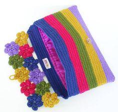 Carteira Corine Knitting For BeginnersKnitting For KidsCrochet Hair StylesCrochet Amigurumi Knitted Booties, Knitted Bags, Crochet Gifts, Free Crochet, Crochet Top, Crochet Flower Patterns, Crochet Flowers, Loom Knitting, Knitting Patterns