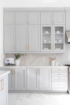Kitchen Room Design, Kitchen Cabinet Design, Modern Kitchen Design, Home Decor Kitchen, Interior Design Kitchen, Home Kitchens, Light Grey Cabinets Kitchen, Dark Cabinets, Glass Kitchen Cabinets