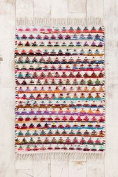 Magical Thinking Triangle Rag Rug from Urban Outfitters. Saved to college. Shop more products from Urban Outfitters on Wanelo. Motifs Aztèques, Interior Design Trends, Right Angle Weave, The Design Files, 3d Max, Modern Rugs, Modern Living, Woven Rug, Weaving