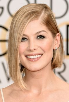 Rosamund Pike kept it glam with deep balck eyeliner, perfectly shaped eyebrows, and a shiny lip.