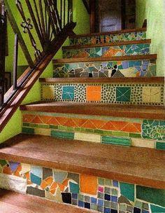 escada decorada com pedaços de ajulejo