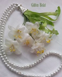 This Pin was discovered by Ays Diy Ribbon Flowers, Ribbon Art, Beaded Flowers, Fabric Flowers, Embroidery Designs, Silk Ribbon Embroidery, Flower Making, Sewing Crafts, Handmade Jewelry