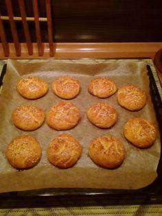 Tvarohové housky: 280g bezl. mouky Jizerka (nebo 250 g Mantlera); 1prdopeč; 1/2 lžičky soli; 150g nízkot.tvarohu; 6lžic mléka,1vejce, 6lžic oleje; u sladké var.jen špetku soli a 6lžic cukru+1 lžičku citron.kůry. Uhněteme těsto, chvilku odpočinout a tvarujeme;Potřeme vejcem, slané př.semínky. Nařízn.nožem-pukly. Péct 170°C asi 20 minut.