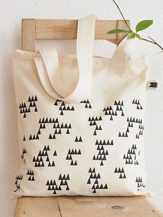 Handgenähte Stofftasche aus Baumwolle mit Dreiecksmuster // Canvas tote bag with triangle print by volver-handmade via DaWanda.com