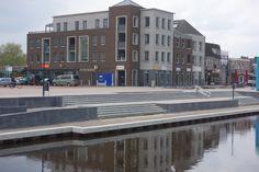 We mogen dan trots zijn op dat plein in Emmen maar let op. Moet je kijken hoe Nieuw Amsterdam intussen aan het veranderen is. Nu nog kaal en grijs maar het gaat mooi worden met wat groen en wellicht ook veel bootjes. En dat op 5 minuten fietsen van onze zonnestudio.